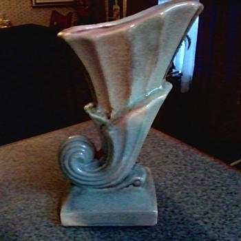 Gonder Pottery Co. Zanesville Ohio Cornucopia Vase H-14 / Circa 1950 - Pottery