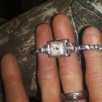 14k gold Bulova with 6 diamonds. - Wristwatches