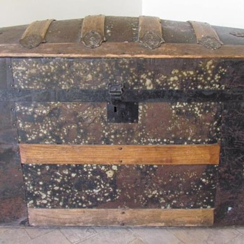 Family inherited trunk - Furniture