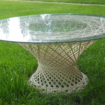 LOOKIE --- Another RUSSELL WOODARD Spun Fiberglass table - Furniture