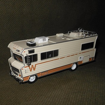 Greenlight Collectibles Walking Dead 1973 Winnebago Chieftain 1:43 Scale - Model Cars