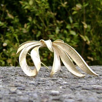 Monet Brooch Ribbon - Bow