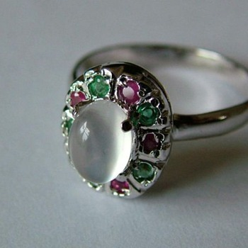 14 Ct White Gold Moonstone Ring set with Rubin and Emerald