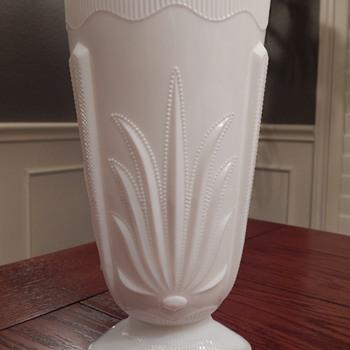 Fenton cactus vase - Glassware
