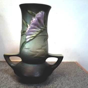 "Roseville ""Freesia"" Vase 119-7 in Tropical Green / Circa 1945 - Pottery"