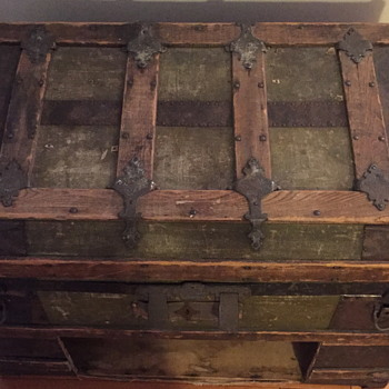 Old looking trunk. Needs some TLC.