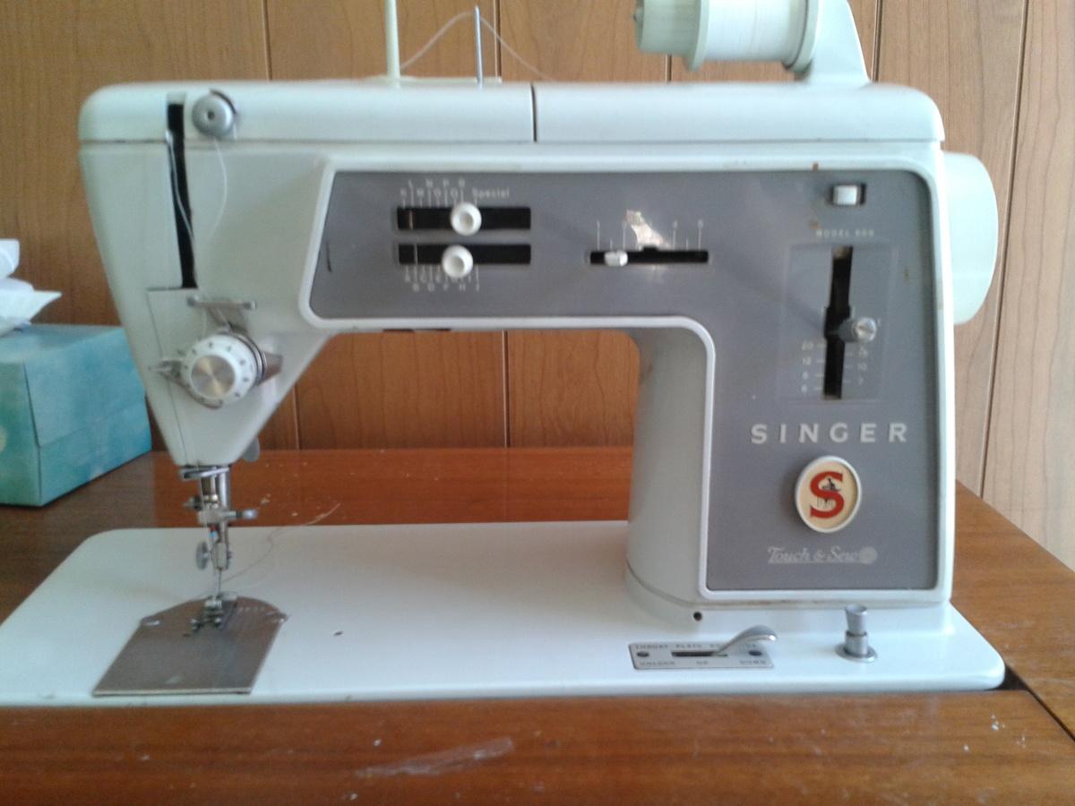 Vintage Singer 600 Sewing Machine in wood desk cabinet ...