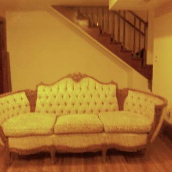 What is the origin and worth of this Victorian Couch with Swans and Violin carvings? - Furniture