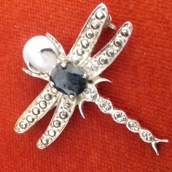 A Jewel  Silver Dragonfly Clutching a Real pearl - Fine Jewelry