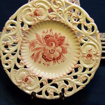 Can you help us identify these?  It says Italy on the back, but we just haven't been able to find them anywhere.  Thank you. - China and Dinnerware