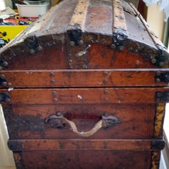 Round top wooden trunk - HELP :) - Furniture