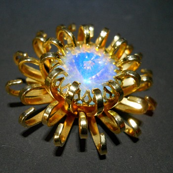Sarah Coventry Flower Brooch. - Costume Jewelry