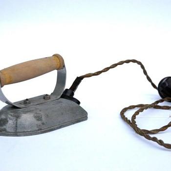 fer a repasser electrique de petite fille vers 1930 - Toys