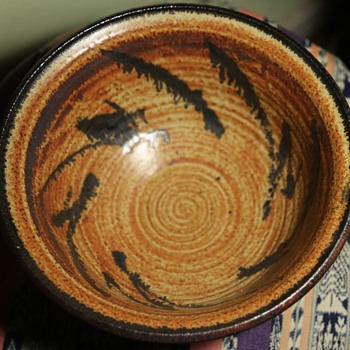 A beautiful bowl with an illegible signature... - Pottery