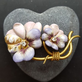Wounded enamel and gold pansies brooch, part 1. - Fine Jewelry