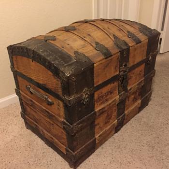 """Round-top """"Saratoga"""" trunk, circa 1885 - Furniture"""