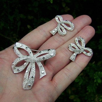 Trifari Ribbon Bow Brooch Set - Costume Jewelry