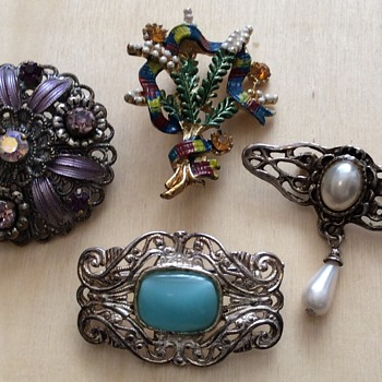 4 x Brooches  - Costume Jewelry
