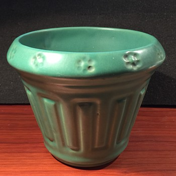 Roseville Matte Green Planter - Pottery