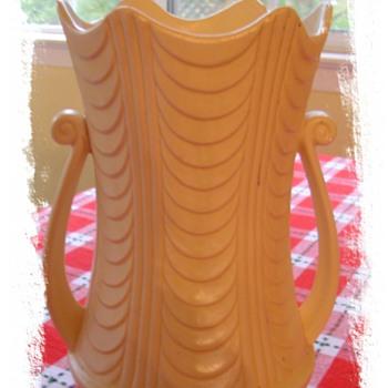 Vtg USA Ivory deco Vase - Pottery