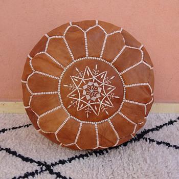 Moroccan Tan dark Leather pouf avec design brodé, ottoman, Footstool Cuir Poufs ronds Poufs Poufs bouffées - poof non mbour - Furniture