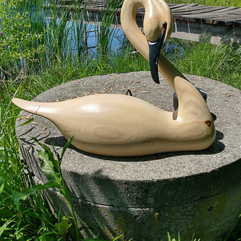"""Andy Pouch """"Preening Swan"""" /Green River Trading Company/ Signed & Dated 1993 - Animals"""