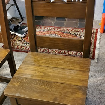 4 dinner chairs.  Do you know what they are if anything?  - Furniture