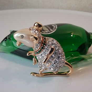 KJL mouse brooch, Kanawha Glass mouse  - Art Glass
