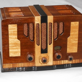 Two  RCA art deco radios - Art Deco