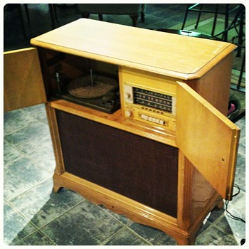 1930 - 1941 GE Stereo / phonograph in Blond Mahogany caseing