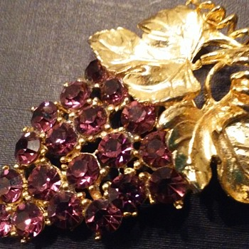 Caviness purple grapes brooch - Costume Jewelry