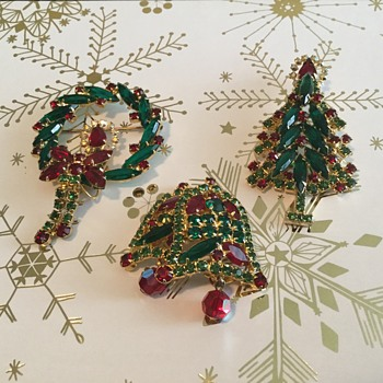 D & E CHRISTMAS BROOCHES....the only ones - Costume Jewelry