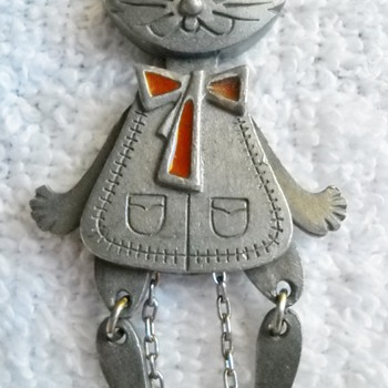 MOVABLE CAT PENDANT FROM ENGLAND - Costume Jewelry