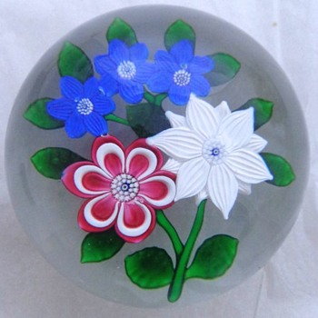 St Louis 1986 Five Flowers Bouquet Paperweight