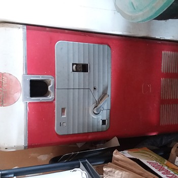 Old coca cola machine looking for year - Coca-Cola