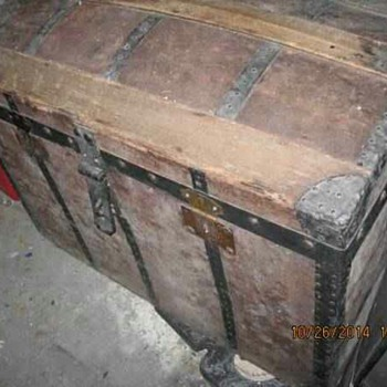 Antique trunk with no markings? - Furniture