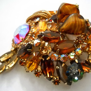 Close - up pictures of my vintage brooches - Costume Jewelry