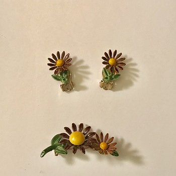 A vintage Sunflower Earrings and Brooch - Costume Jewelry
