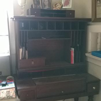 please help me identify my desk.