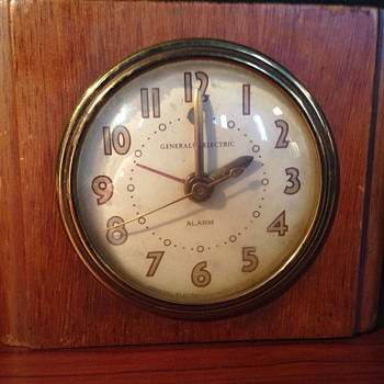 GE Model 7H162 Wooden Deco Clock - Art Deco