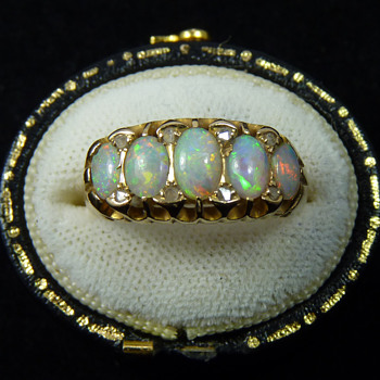 "A White Cliffs Opal and Diamond ""London Bridge"" Ring in 18ct Gold, Birmingham 1907 - Fine Jewelry"