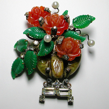 Sensational floral glass sculpture brooch. Signed LAWRENCE VRBA - Costume Jewelry
