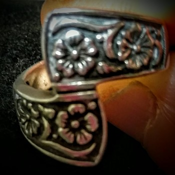 Silver flower engraved ring, no trade marks located yet no. 925. Very pretty ring.