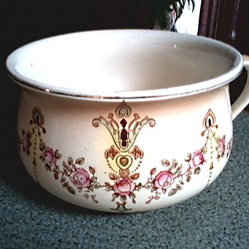 "S. Fielding & Co. (Crown Devon) 9"" Chamber Pot /Devonware ""Etna"" Pattern / Circa 1911"