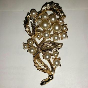 Lisner Brooch  - Costume Jewelry