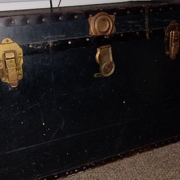 Old English steamer trunk - Furniture