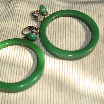Bakelite or other plastic hoop earrings 1960s - Costume Jewelry