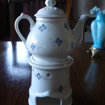 An Vieux Paris Veulliese a Victoria french teapot - Victorian Era