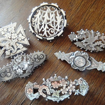 A lot of so-called Victorian 'sweetheart' brooches - Victorian Era