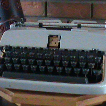 1958 Underwood Deluxe Portable typewriter